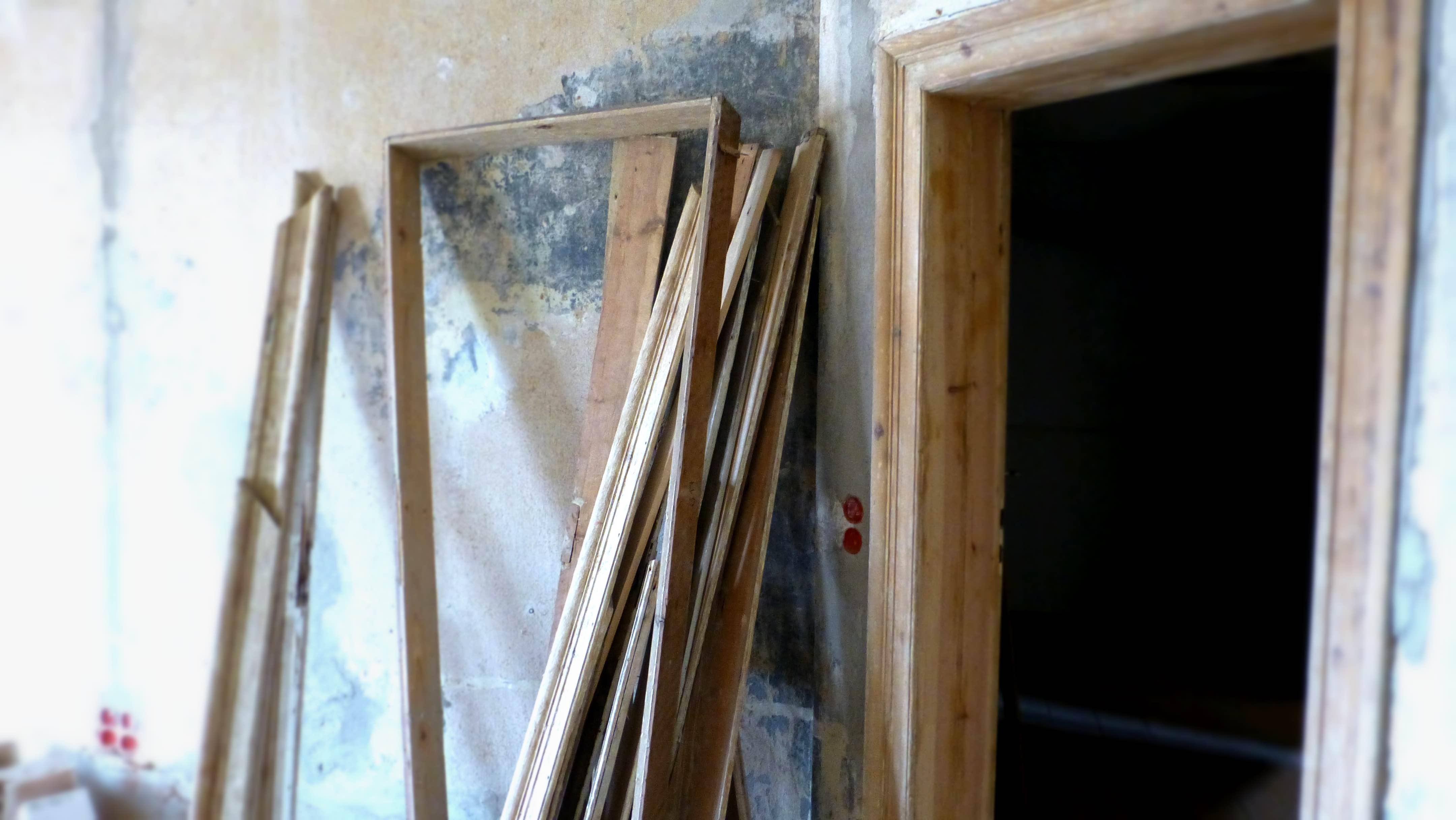 Wir Bearbeiten Die Holzböden, Die Türen Und Türrahmen, Sowie Das Grandiose  Treppenhaus.